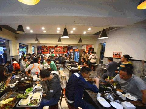 凭一根签签撬动春城,这家开了17年的砂锅串店,7毛一串都不涨价