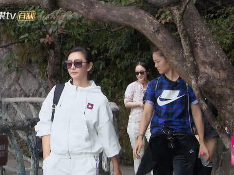 李娜走路意外被树碰头,谁注意姜山的反应?结婚13年亲老公无疑