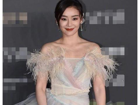 当袁姗姗和娜扎同穿羽毛裙,终于见识了美女与女神的差距有多大