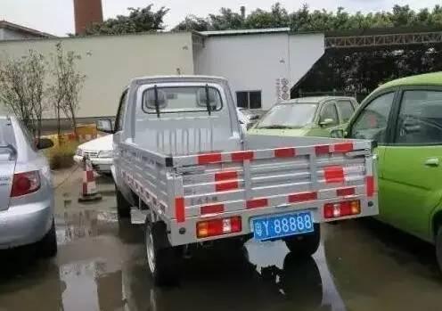 这辆货车只值2万,但加上车牌值200万,吸引车管所众人围观!