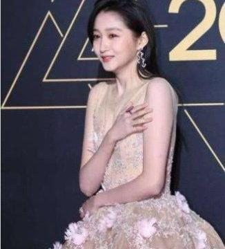 女明星冬天走红毯:赵丽颖被冻哭,景甜很机智,她直接冻晕过去