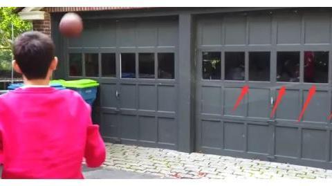 王源国外打篮球,镜子倒映出那么多摄像师,你这是录制综艺节目?