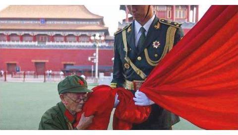 95岁抗战老兵激动的亲吻国旗