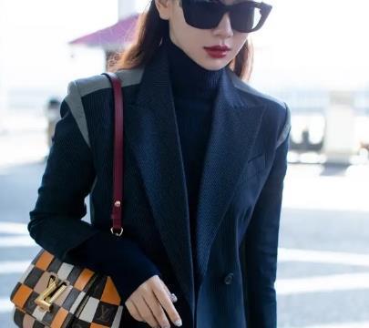 戚薇机场耍酷,穿条纹拼接西装戴墨镜,背3万八块的包包壕气十足