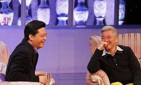 赵本山二婚妻马丽娟近照,依然气质出众,丈夫满头白发显老态