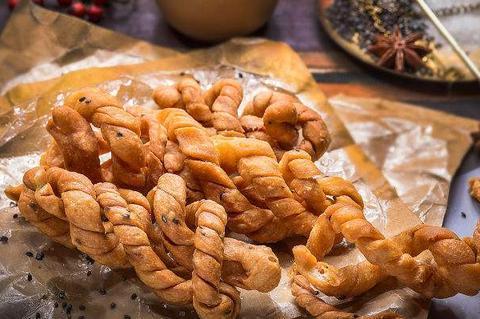 天津十八街麻花在家也能做,几招做出喷香酥脆,好吃得嗦手指!