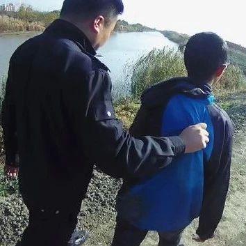 """""""就不做作业!""""大冬天,熊孩子站在河里和老爸对峙"""