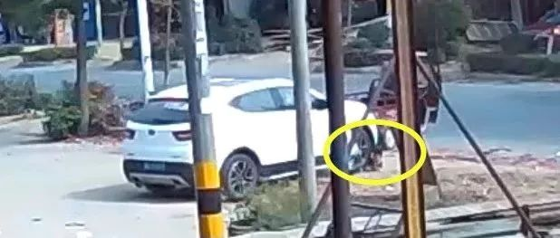 揪心!一男童遭越野车二次碾压,监控拍下这一幕(视频)