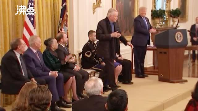 视频:安吉丽娜·朱莉父亲白宫领奖 当特朗普面大秀舞姿