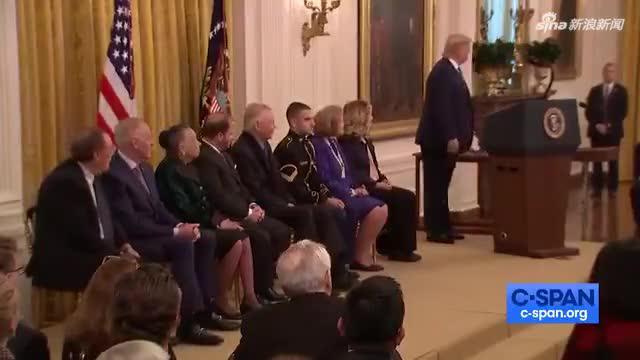 安吉丽娜·朱莉父亲白宫领奖 当特朗普面大秀舞姿