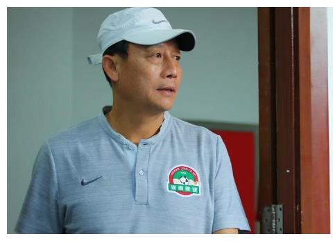 国足绯闻新帅替里皮说话,称中国队问题不在教练,球迷:小心被罚