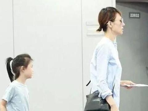 王祖蓝女儿才是避开式长大,成功躲过李亚男的美貌,遗传了爸爸