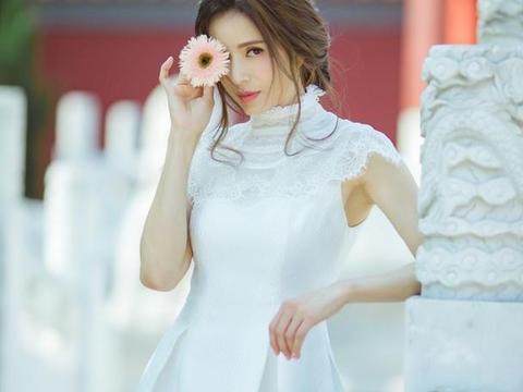李若彤真有52岁?穿白裙美得清新脱俗,一头长卷发看着比仙女还仙