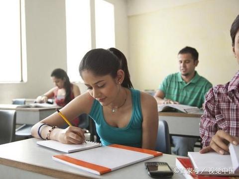 我是一个农村大学生,现回母校任教,要处处让着教过我的老师吗