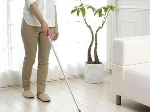 为啥你家地板天天拖还不干净?老保姆教你这样做,地板光鲜亮丽