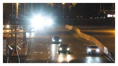 争议不断:监控补光灯太耀眼,发生车祸谁的责任?车友:太坑了