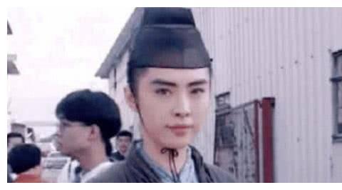 王祖贤多年前美照曝光,谁看到身旁的小记者,如今竟逆袭成一线