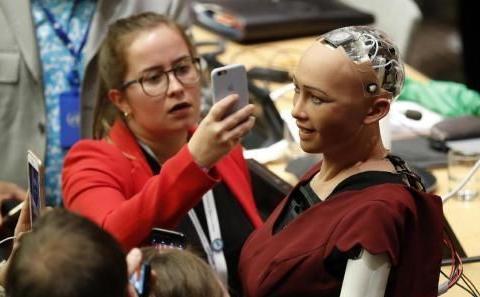 """当年扬言要""""摧毁人类""""的女性机器人索菲亚,如今还存在吗?"""