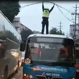 """点赞!市区光缆坠落引发交通堵塞,关键时刻交警化身""""托举哥"""""""