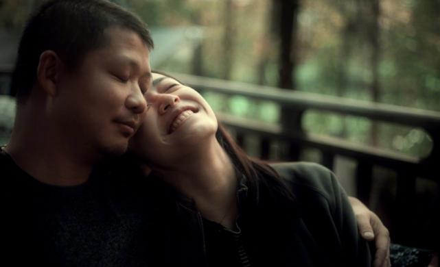 姚晨与老公合照,化身迷妹主动挽曹郁手臂深情望向他,如热恋情侣