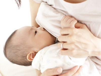 三个月纯母乳喂养的宝宝,家里暖气很热,需要喂水吗?