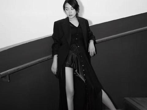 48岁闫妮穿半露锁骨装大秀曲线身材,同框43岁逆生长赵薇毫不逊色