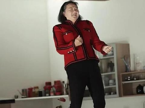 陈凯歌前妻洪晃近照,58岁已满头白发,却活出了女人的自信