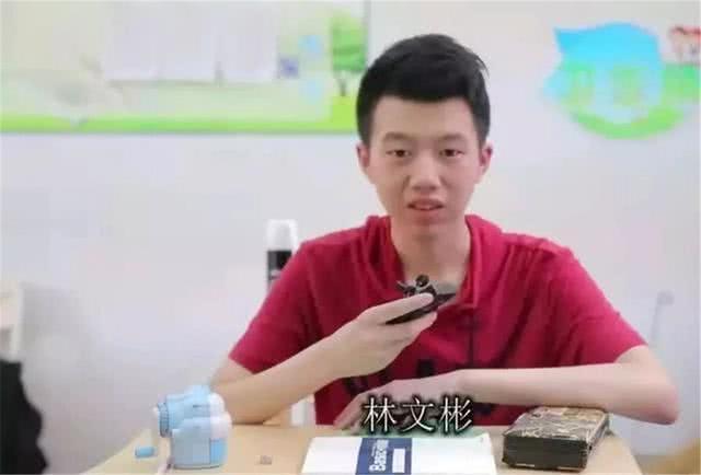 16岁孩子手写印刷体,获赞700万,父母却叹了口气:孩子生病了