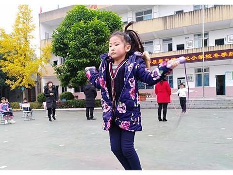 彩绳飞扬 舞出活力——青神县黑龙小学举行学生跳绳比赛