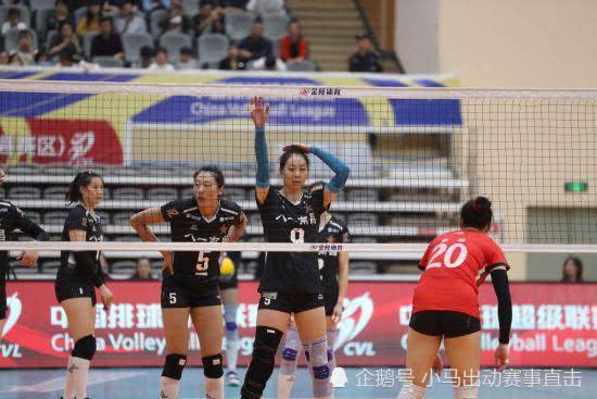 女排联赛8强战:八一女排硬拼上海队,王云蕗对轰拉尔森!