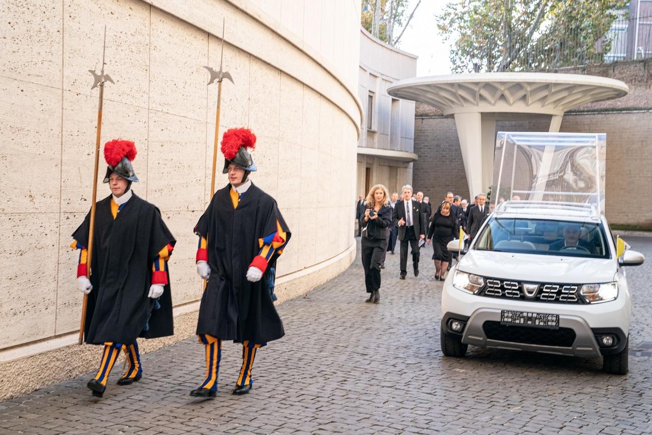 雷诺赠车给教皇 达契亚Duster成教皇新专车
