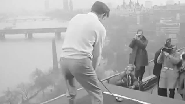 老镜头!50年前托尼-杰克林参加某活动,将球开进伦敦泰晤士河。