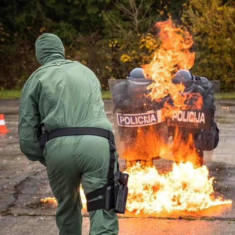 烈火中的恐怖考验:斯洛文尼亚防暴警察训练 必须面对的燃烧瓶