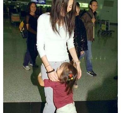 王菲当妈难掩开心,窦靖童小时候求妈妈抱,天后满脸笑容
