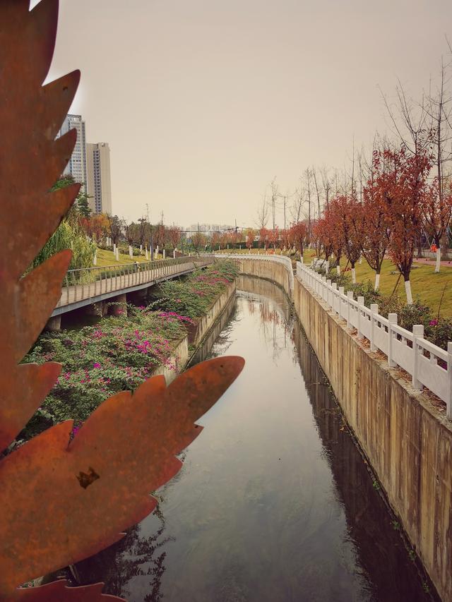 公园虽然小,里头火车不会跑,站台宛如艺术宫,随拍随照大片了