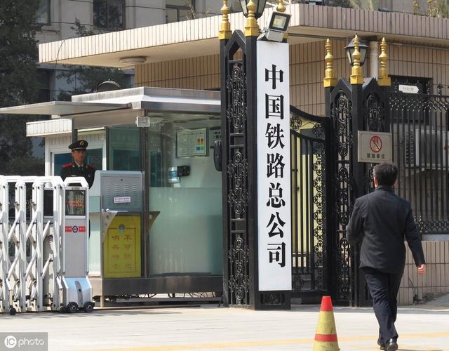 成都铁路局现招3424人,重庆740人,大专可报无需笔试,月薪.....
