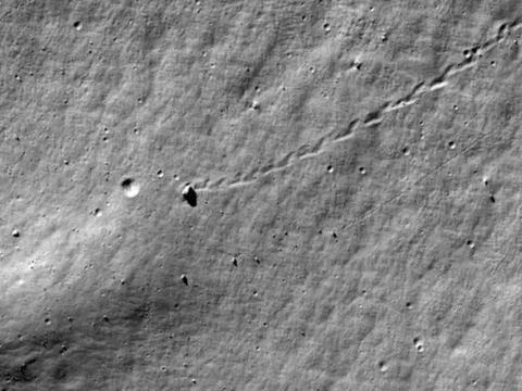 一块巨大的岩石在月球上滚动,差点一杆进洞,究竟是怎么回事?