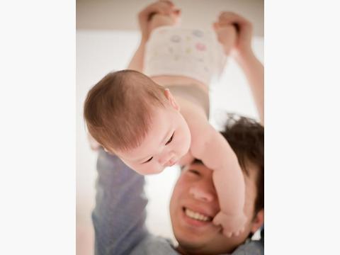 爸爸的臂弯是宝贝最坚实的爱
