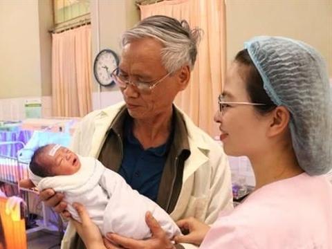独生女儿几年前车祸离世,如今54岁妻子又为70岁丈夫生下儿子