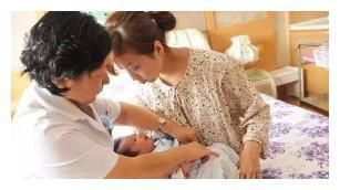 剖腹产妈妈下奶较慢,宝宝第一口吃别人母乳好,还是吃配方奶好?
