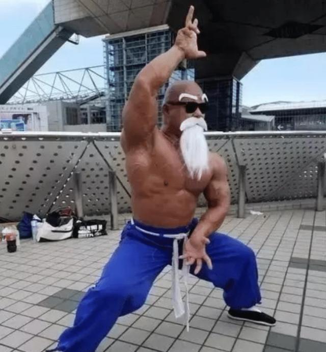 《七龍珠》龜仙人超狂熱粉絲!54歲老頭瘋狂重訓「練得跟本尊一模一樣」網嗨:武天老師!