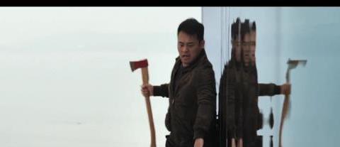 《烈日灼心》中协警何松为何失足跌落高楼,其实是导演的用心良苦