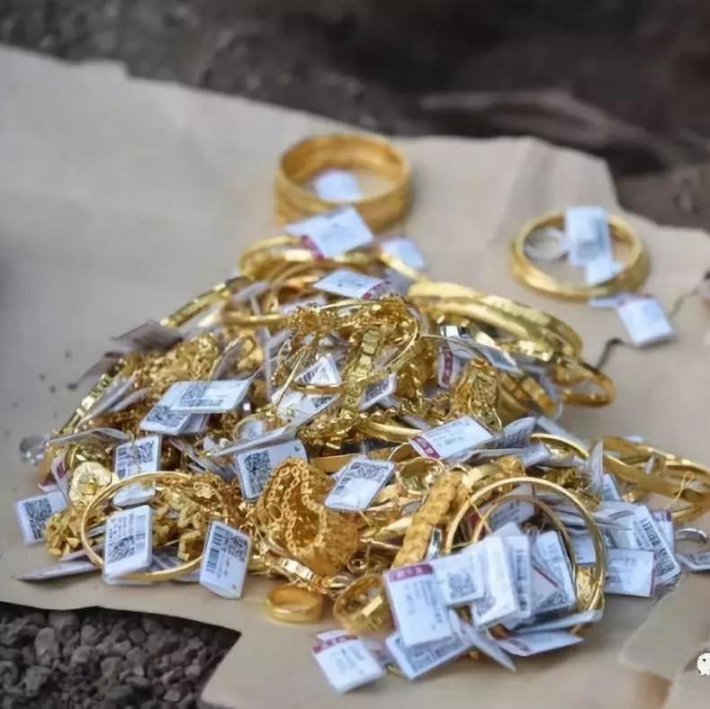"""广西一金店遭贼""""光顾"""" 价值约200万的黄金首饰被盗"""