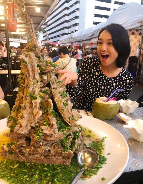 朱丹当主持人仍享受美食,周一围老婆对着火山排骨,笑得合不拢嘴
