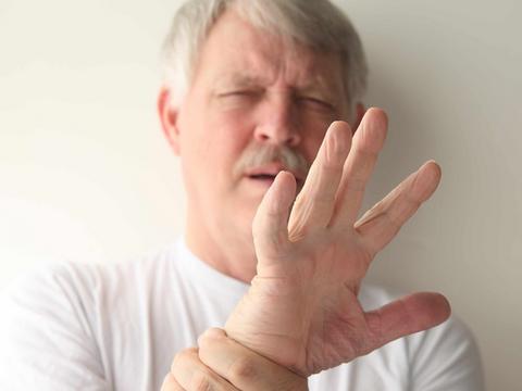 """经常""""手抖""""就是帕金森吗?或许与这5种疾病有关,别忽视"""