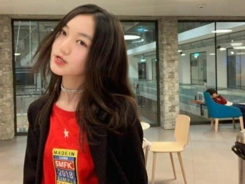 王菲女儿李嫣半夜秀好身材,粉丝向她要喝奶茶,能保持身材的秘诀