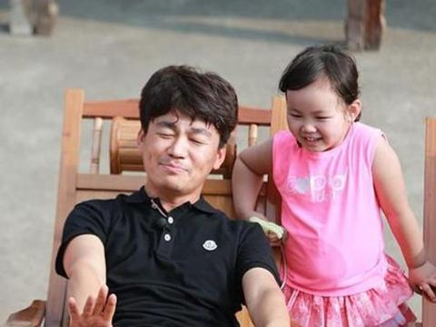 王宝强儿女近照,儿子颜值很高,女儿跟他是一个模板刻出来的