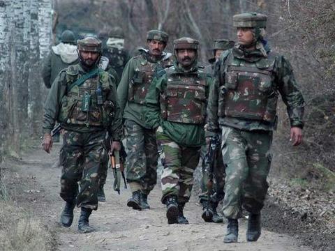 印度军营响起枪声,一名士兵突然使用突击步枪扫射,然后饮弹自尽