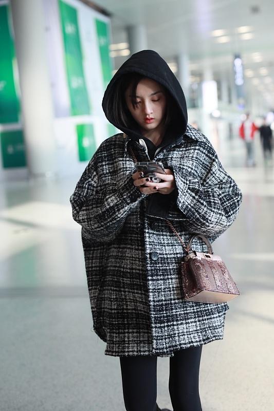 """宋祖儿穿格纹大衣学院风十足 全程玩手机无视镜头变""""低头族"""""""