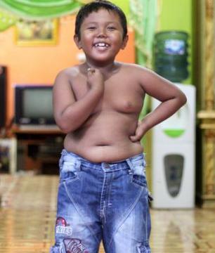 这个男孩2岁时染上烟瘾,一天抽两包烟,戒烟后的他长这样